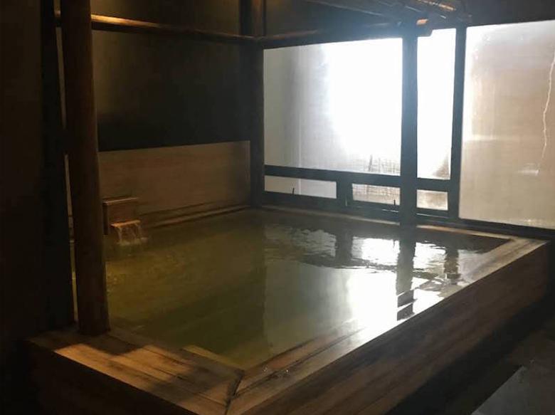 木造古式的舒适温泉