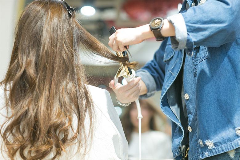 使用LUMIELINA卷发棒塑造优雅卷发