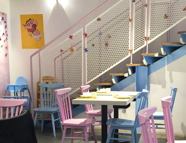 餐厅里面也是粉蓝粉蓝的装修